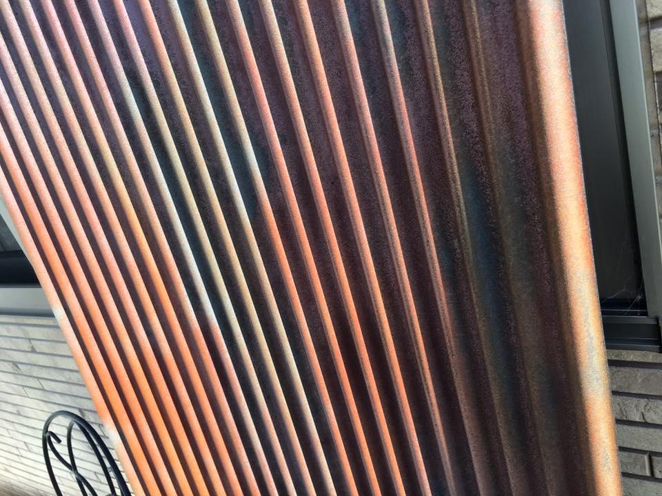 この波板、鉄が錆びたように見えませんか?